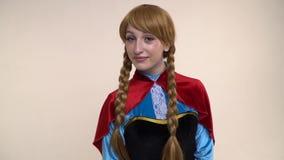 Γοητευτικό κορίτσι στην εικόνα ακριβώς μιας πριγκήπισσας των κινούμενων σχεδίων απόθεμα βίντεο