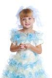Γοητευτικό κορίτσι στο άσπρο και μπλε φόρεμα Στοκ Φωτογραφία