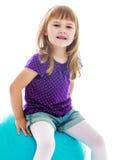 Γοητευτικό μικρό κορίτσι στο μπλε παιχνίδι σορτς Στοκ Εικόνες