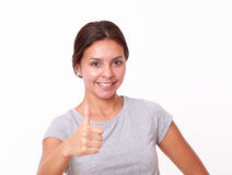 Γοητευτικό νέο κορίτσι με το εντάξει σημάδι Στοκ φωτογραφία με δικαίωμα ελεύθερης χρήσης