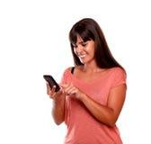 Γοητευτικό νέο μήνυμα ανάγνωσης γυναικών σε κινητό Στοκ Φωτογραφία