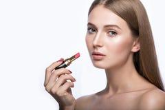 Γοητευτικό νέο babe με το κραγιόν και το φως makeup Στοκ Εικόνες