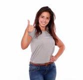 Γοητευτικό νέο gesturing θετικό σημάδι γυναικών Στοκ εικόνα με δικαίωμα ελεύθερης χρήσης