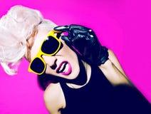 Γοητευτικό ξανθό ύφος μόδας disco πανκ Στοκ Εικόνες