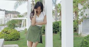Γοητευτικό ομιλούν τηλέφωνο κοριτσιών έξω απόθεμα βίντεο