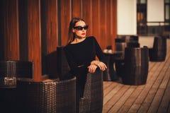 Γοητευτικό πορτρέτο μιας μοντέρνης γυναίκας σε έναν καφέ Στοκ Φωτογραφία