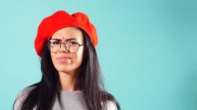 Γοητευτικό πορτρέτο μιας χαμογελώντας όμορφης γυναίκας κόκκινο beret απόθεμα βίντεο