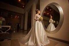 Γοητευτικό πορτρέτο της νέας ξανθής νύφης στο γαμήλιο φόρεμα Στοκ Εικόνα