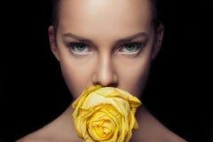Γοητευτικό πρόσωπο με rapier τη ματιά αυξήθηκε κίτρινος στοκ εικόνες