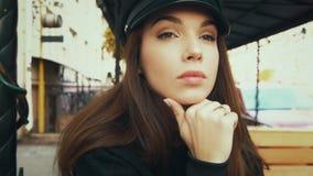 Γοητευτικό πρότυπο μόδας στη μαύρη ΚΑΠ γοητευτικές νεολαίες γυναικών πορτρέτου απόθεμα βίντεο