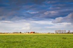 Γοητευτικό σπίτι στο καλλιεργήσιμο έδαφος στη θύελλα Στοκ Εικόνα