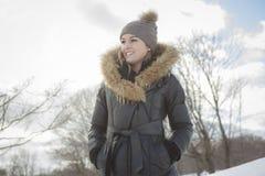 Γοητευτικό χειμερινό πορτρέτο ενός κοριτσιού έξω Στοκ εικόνες με δικαίωμα ελεύθερης χρήσης