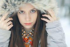 Γοητευτικό χειμερινό πορτρέτο ενός κοριτσιού Στοκ φωτογραφίες με δικαίωμα ελεύθερης χρήσης