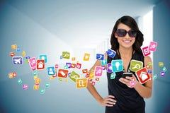 Γοητευτικό brunette χρησιμοποιώντας το smartphone με app τα εικονίδια Στοκ εικόνα με δικαίωμα ελεύθερης χρήσης