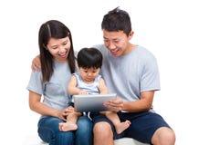 Γονέας που χρησιμοποιεί την ταμπλέτα με το γιο μωρών τους στοκ φωτογραφία με δικαίωμα ελεύθερης χρήσης