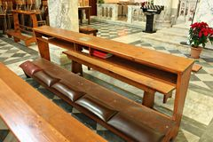 Γονατίστε για πιστό προσεύχεται στην εκκλησία στοκ φωτογραφίες
