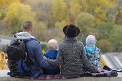 Γονείς και δύο γιοι εξετάζουν το δάσος του ύψους Φθινόπωρο μπακαράδων στοκ εικόνα