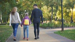Γονείς και κόρη που πηγαίνουν στο σχολείο, συνειδητή πατρότητα, προσοχή, πίσω άποψη φιλμ μικρού μήκους