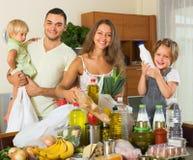 Γονείς και παιδιά με τα τρόφιμα στοκ εικόνες