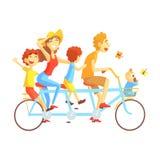 Γονείς και παιδιά στην τριπλή οδήγηση ποδηλάτων καθισμάτων υπαίθρια το καλοκαίρι, ευτυχείς αγαπώντας οικογένειες με τα παιδιά που ελεύθερη απεικόνιση δικαιώματος