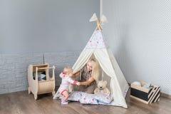 Γονείς με τα παιδιά σε ένα teepee Στοκ εικόνες με δικαίωμα ελεύθερης χρήσης