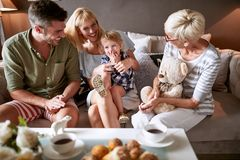 Γονείς με την κόρη στην επίσκεψη στη γιαγιά στοκ εικόνες