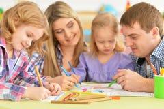 Γονείς με τις κόρες που σύρουν με τα μολύβια Στοκ εικόνα με δικαίωμα ελεύθερης χρήσης