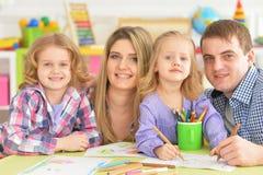 Γονείς με τις κόρες που σύρουν με τα μολύβια Στοκ Εικόνες