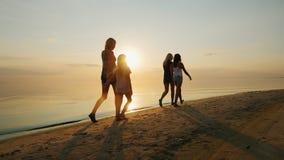 Γονείς με τον περίπατο παιδιών στην άμμο στην παραλία απόθεμα βίντεο