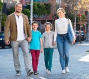 Γονείς με δύο εφήβους που πηγαίνουν για να ψωνίσει υπαίθρια Στοκ φωτογραφίες με δικαίωμα ελεύθερης χρήσης