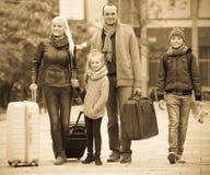Γονείς με δύο παιδιά που χαράζουν τις οδούς Στοκ Εικόνες