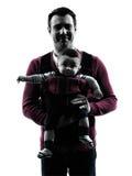 Γονείς πατέρων με τη σκιαγραφία πορτρέτου φορέων μωρών Στοκ εικόνες με δικαίωμα ελεύθερης χρήσης