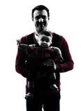 Γονείς πατέρων με τη σκιαγραφία πορτρέτου φορέων μωρών Στοκ εικόνα με δικαίωμα ελεύθερης χρήσης