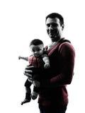Γονείς πατέρων με τη σκιαγραφία φορέων μωρών Στοκ Εικόνες