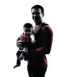 Γονείς πατέρων με τη σκιαγραφία φορέων μωρών Στοκ εικόνες με δικαίωμα ελεύθερης χρήσης