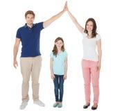 Γονείς που διαμορφώνουν τη μορφή στεγών σπιτιών επάνω από την κόρη Στοκ Εικόνα