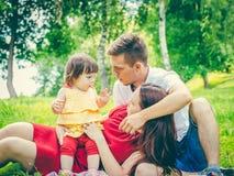 Γονείς που κουράζονται του μωρού στοκ φωτογραφία με δικαίωμα ελεύθερης χρήσης