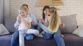 Γονείς που οι κόρες στον καναπέ απόθεμα βίντεο