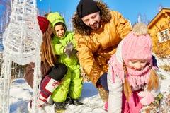 Γονείς που παίζουν με τα παιδιά υπαίθρια Στοκ φωτογραφίες με δικαίωμα ελεύθερης χρήσης
