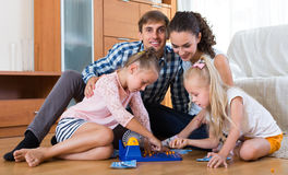 Γονείς που παίζουν το λότο με τα παιδιά Στοκ Εικόνες