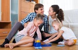Γονείς που παίζουν το λότο με τα παιδιά Στοκ εικόνες με δικαίωμα ελεύθερης χρήσης
