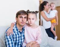 Γονείς που περνούν από το διαζύγιο και που σκέφτονται για τα παιδιά μελλοντικά Στοκ φωτογραφίες με δικαίωμα ελεύθερης χρήσης