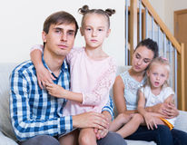 Γονείς που περνούν από το διαζύγιο και που σκέφτονται για τα παιδιά μελλοντικά Στοκ φωτογραφία με δικαίωμα ελεύθερης χρήσης