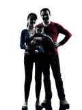 Γονείς που στέκονται με τη σκιαγραφία μωρών Στοκ Εικόνες
