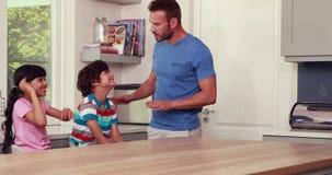 Γονείς που ταΐζονται επάνω των παιδιών απόθεμα βίντεο