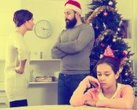 Γονείς που υποστηρίζουν στα Χριστούγεννα Στοκ Εικόνες