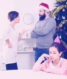 Γονείς που υποστηρίζουν στα Χριστούγεννα Στοκ φωτογραφίες με δικαίωμα ελεύθερης χρήσης