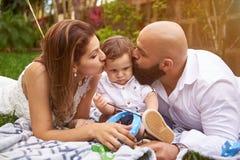 Γονείς που φιλούν το γιο του στοκ φωτογραφία