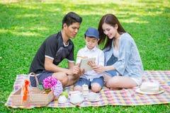 Γονείς ως έννοια δασκάλων: Οικογένεια εφήβων με μια ευτυχή στιγμή εκπαίδευσης παιδιών Στοκ Φωτογραφίες