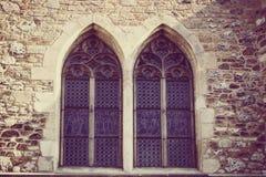 Γοτθικά συμμετρικά παράθυρα με την εκλεκτής ποιότητας επεξεργασία Στοκ φωτογραφία με δικαίωμα ελεύθερης χρήσης